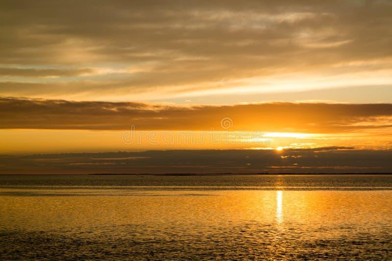 Waddensea dichtbij het eiland Texel bij zonsondergang, Nederland van het Westenfrisian royalty-vrije stock afbeelding