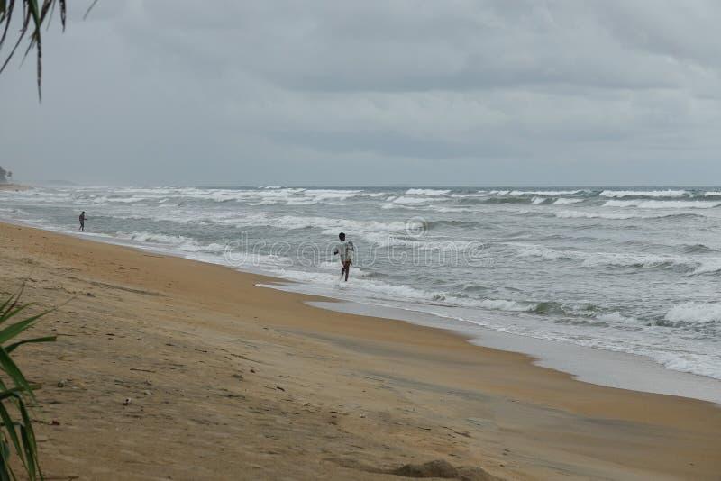 Wadduwa, Sri Lanka - 8 de maio de 2018: Os pescadores estão pescando na costa do oceano tropical fotografia de stock royalty free
