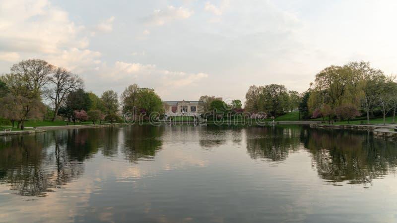 Wade Park Lagoon med berömda Art Museum royaltyfri fotografi