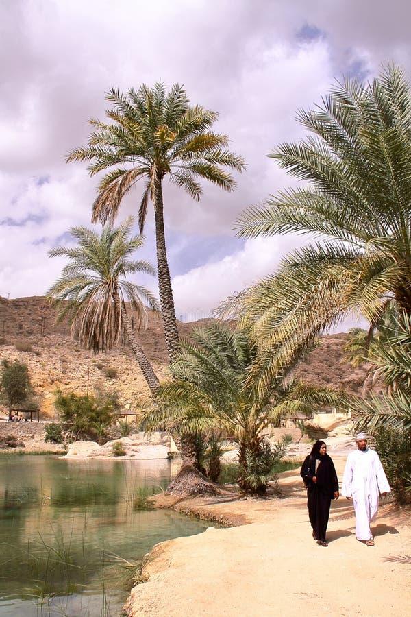 WADI BANI KHALID, OMÃ - 5 DE FEVEREIRO DE 2012: Um par omanense que visita Wadi Bani Khalid em Sharqiya imagens de stock royalty free