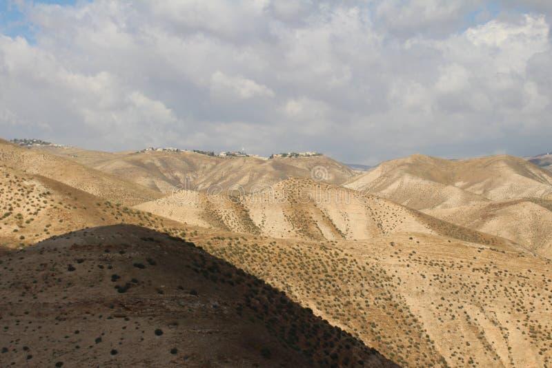 Wadi Qelt en el desierto de Judean cerca de Jericó, de la naturaleza, de la piedra, de la roca y del oasis Lugares no vistos, des fotos de archivo libres de regalías