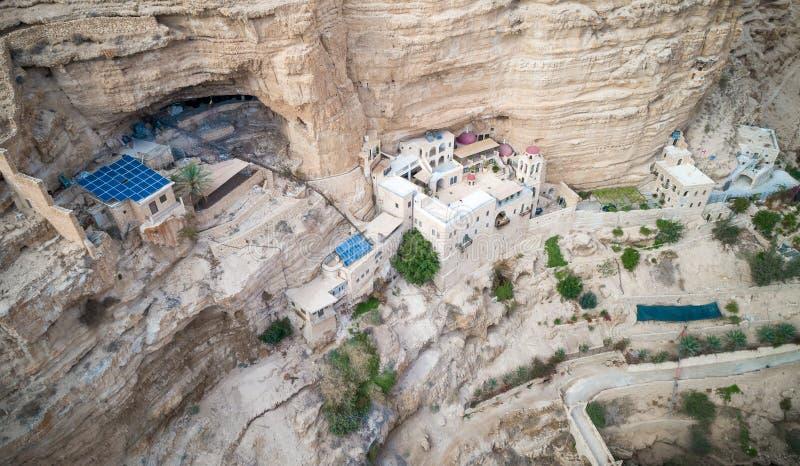 Wadi Qelt i den Judean öknen runt om St George Orthodox Monastery eller kloster av St George av Choziba, Israel royaltyfria foton
