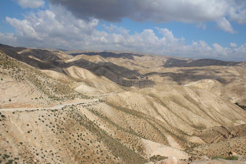 Wadi Qelt in Judean-woestijn dichtbij Jericho, aard, steen, rots en oase Unseen, onbekende, onverkende plaatsen, verborgen reis stock foto