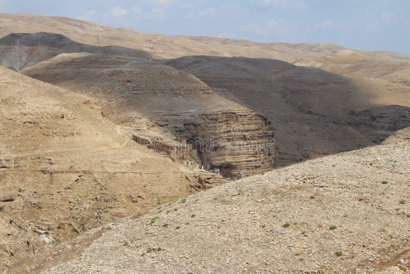 Wadi Qelt in Judean-woestijn dichtbij Jericho, aard, steen, rots en oase Unseen, onbekende, onverkende plaatsen, verborgen reis stock fotografie