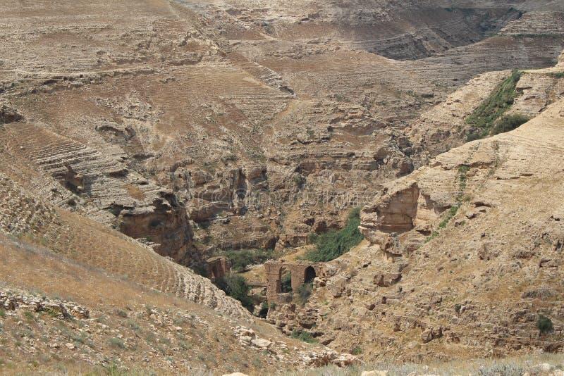 Wadi Qelt in Judean-woestijn dichtbij Jericho, aard, steen, rots en oase Unseen, onbekende, onverkende plaatsen, verborgen reis royalty-vrije stock foto's