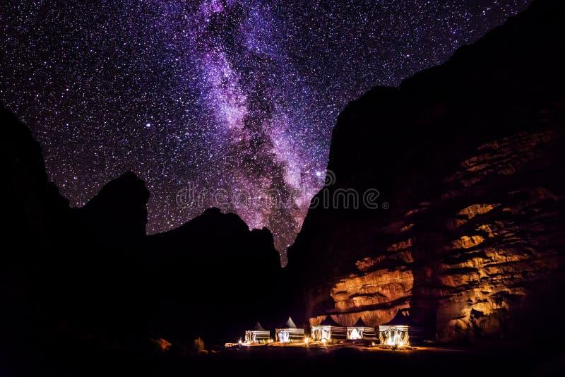 Wadi Rum ökenlandskap på natten, Jordanien arkivbilder