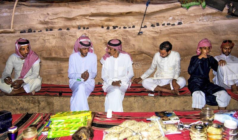 Wadi Rum Desert Jordan September 17, 2017 en el café local, en el medio del desierto del lecho de un río seco-ron, todo el beduin foto de archivo libre de regalías
