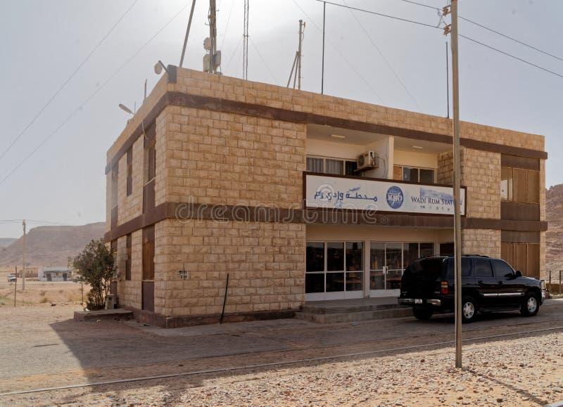 Wadi Rum, Jordânia, o 8 de março de 2018: A estação de trem no deserto, ponto de Wadi Rum de parada para o trem famoso do deserto fotografia de stock