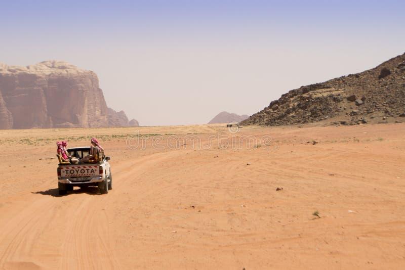 Wadi Rum Jordan med av vägen royaltyfria foton