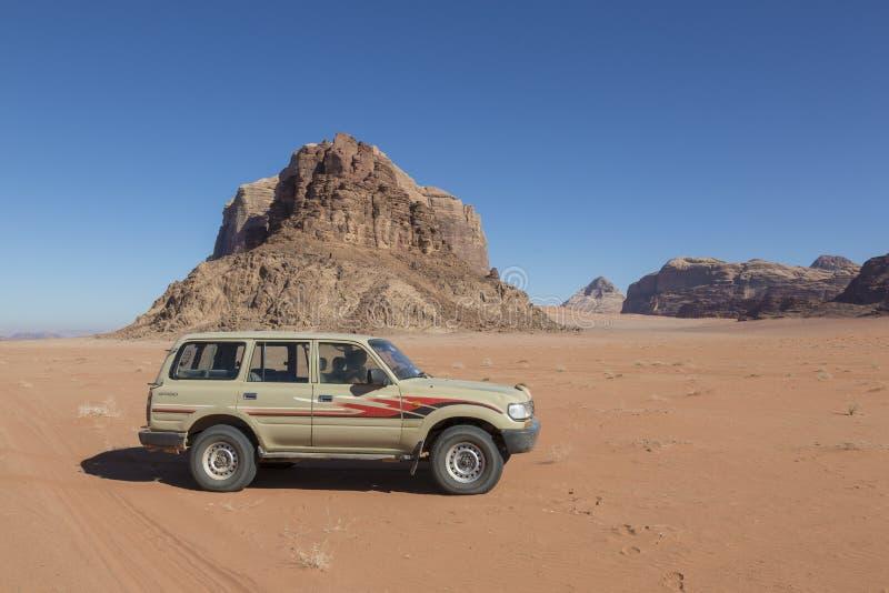 Wadi Rum, Jordanie - 27 décembre 2015 : Jeep Tour dans le désert photos stock