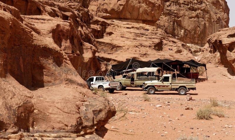 Wadi Rum Jordanien, mars 8, 2018: Campa för turisten som ankommer i SUV med ett beduintält som tjänar som uppfriskande örtte och  royaltyfria foton
