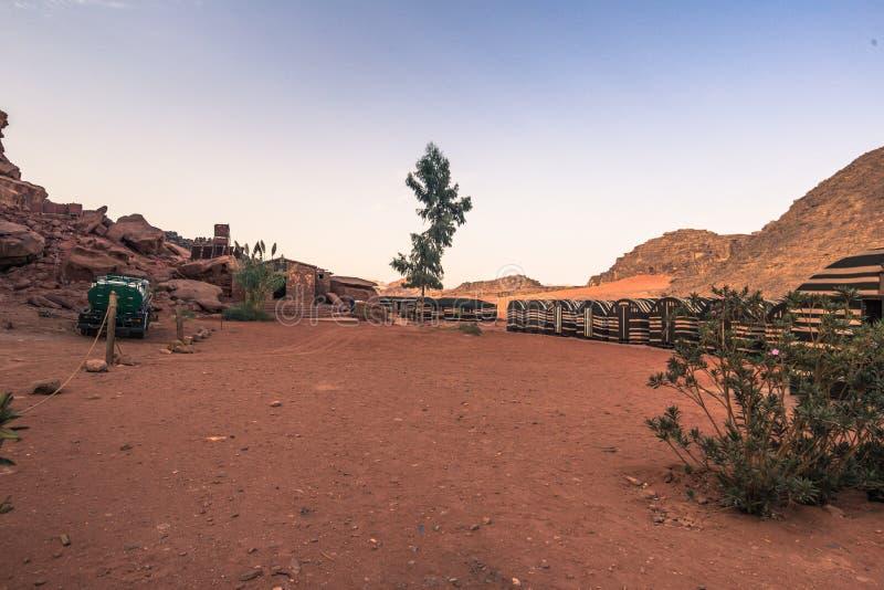 Wadi Rum - 02 Ottobre 2018: Campo beduino nel deserto di Wadi Rum, Giordania immagini stock libere da diritti