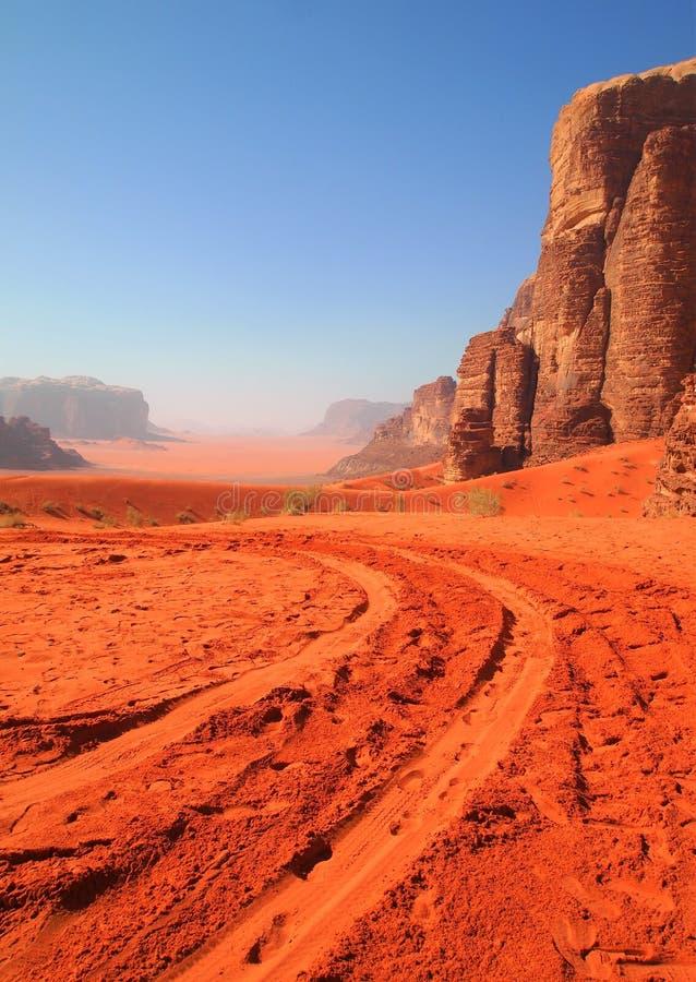 Wadi Rum - pistas en la arena fotografía de archivo libre de regalías
