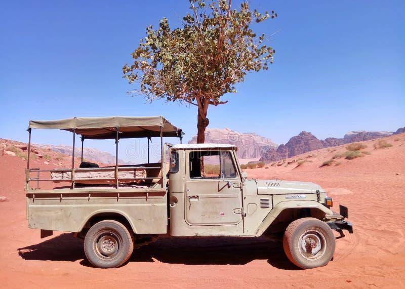 Wadi Rum-woestijn die in Jordanië kruisen stock afbeeldingen