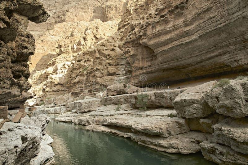 Wadi Shab en av den mest berömda såväl som mest härliga wadin ( valleys) i den arabiska sultanaten Oman royaltyfri fotografi