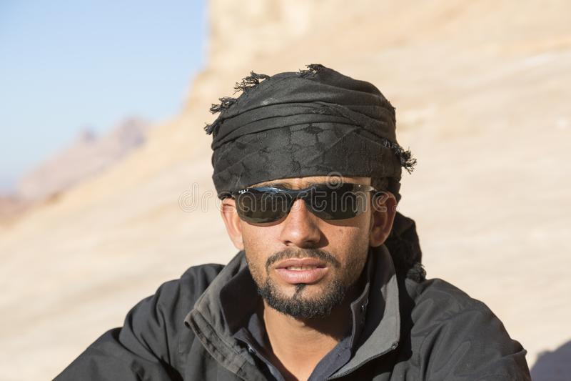 WADIEGO rum, JORDANIA - 27 2015 Grudzień: Portret przystojny beduin obrazy royalty free
