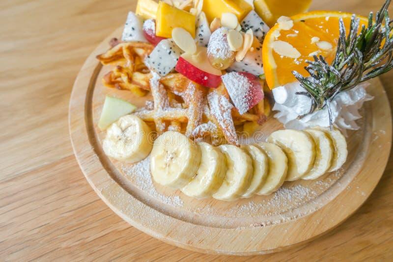 Wafel en fruit met roomijs op lijst royalty-vrije stock foto