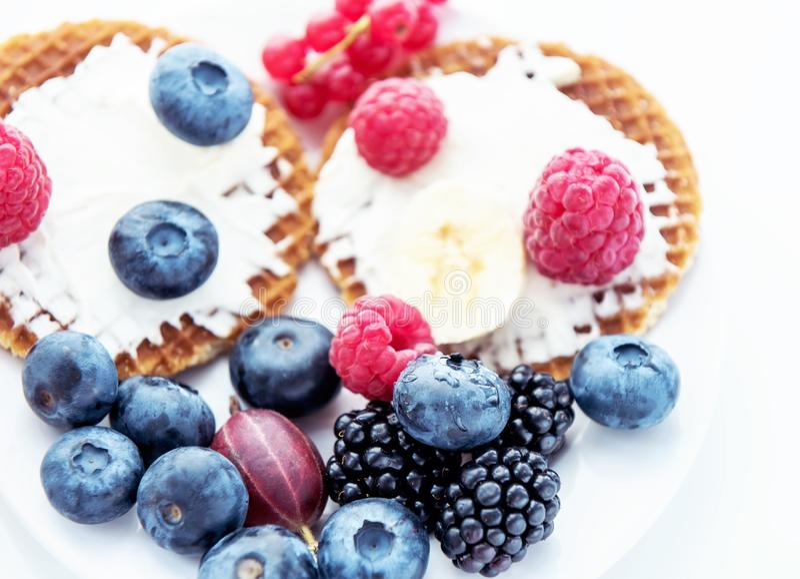Wafels met kaas, yoghurt en frambozen Een heerlijk gezond ontbijt op een lichte achtergrond stock afbeeldingen