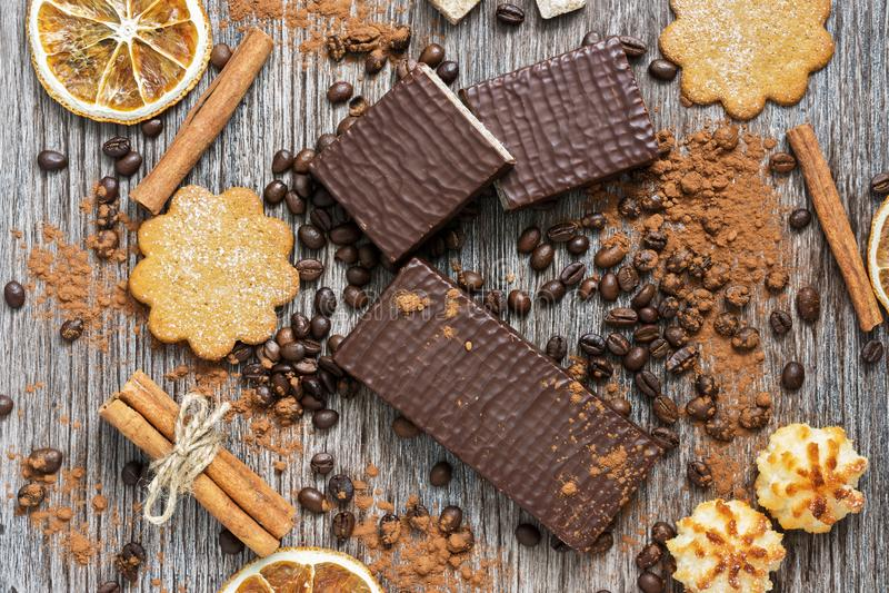 Wafeltjes in chocolade met koekjes op een houten oppervlakte, hoogste mening royalty-vrije stock foto