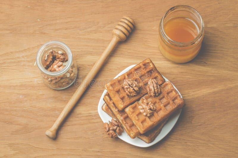 wafeltjes Het huis maakte gebakjes, wafeltjes en okkernoot met honing op een houten lijst Hoogste mening royalty-vrije stock foto's