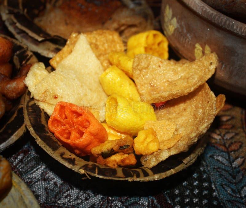 Wafer, crispy, chip, papad, snack που σερβίρεται σε πιάτο μιας χρήσης στοκ εικόνα