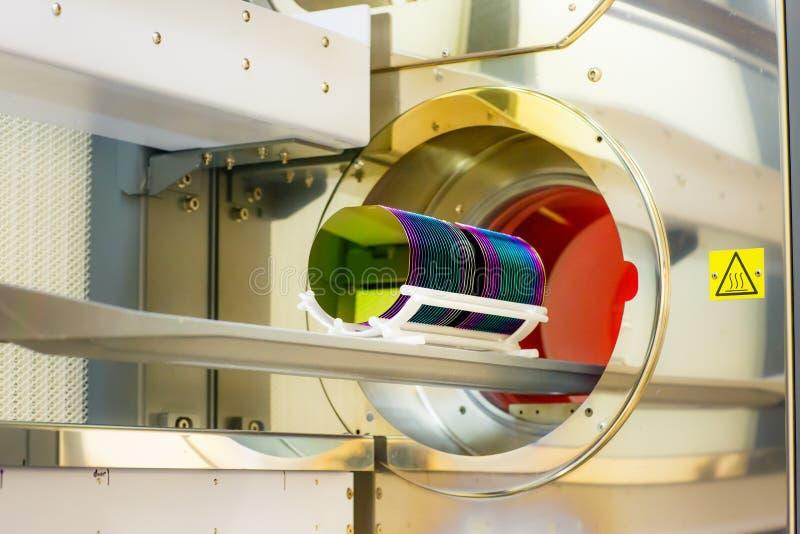 Wafer di silicium di caricamento in un forno della fornace fotografia stock libera da diritti