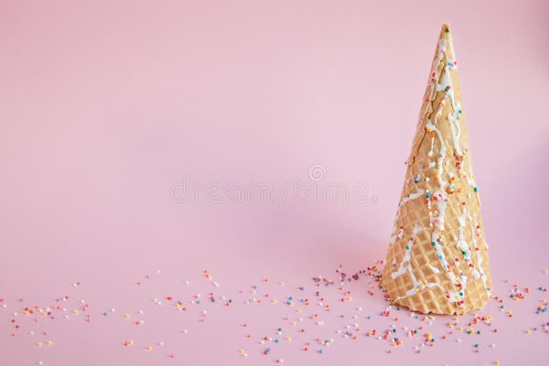 Waffelkegel der Eiscreme wie schaut wie der Weihnachtsbaum verziert stockfotografie