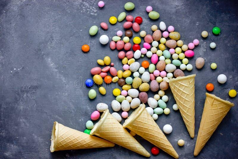 Waffelkegel mit Süßigkeitsbonbons stockbild