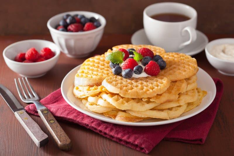 Waffeln mit Cremefraiche und -beeren zum Frühstück lizenzfreie stockbilder