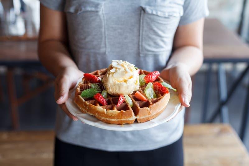 Waffeln mit Erdbeeren und Eiscreme lizenzfreies stockfoto