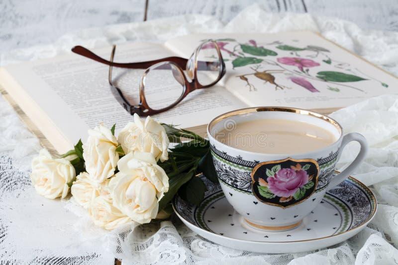 Waffeln mit frischen Blaubeeren und Blumen Frühstück lizenzfreie stockfotos