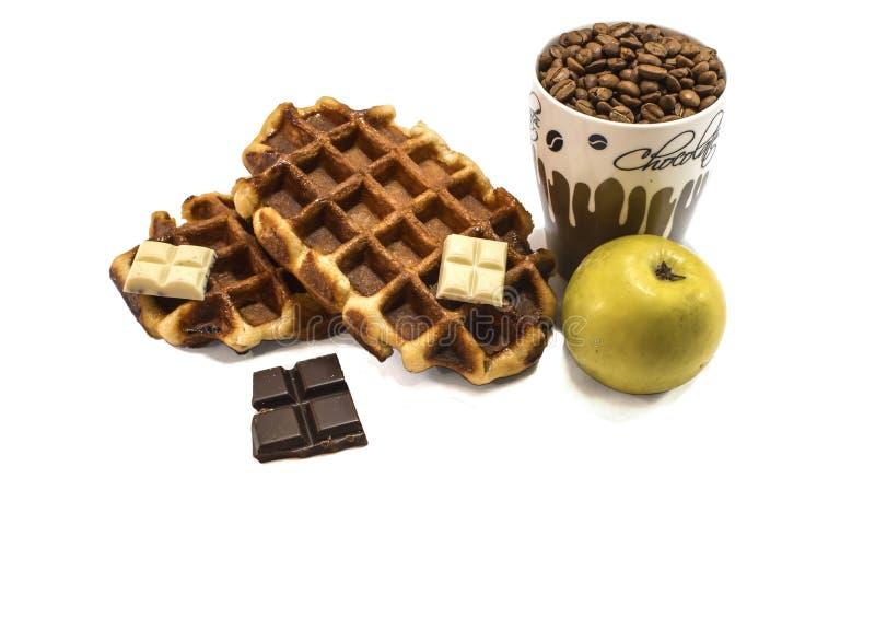 Waffeln mit Schokoladen- und coffebohnen Getrennt stockfotos