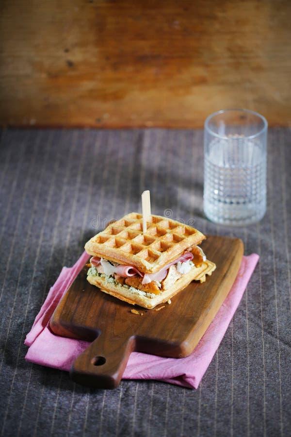 Waffelsandwich mit Käse, Prosciutto und Pfifferlingen, Feinschmecker stockbilder