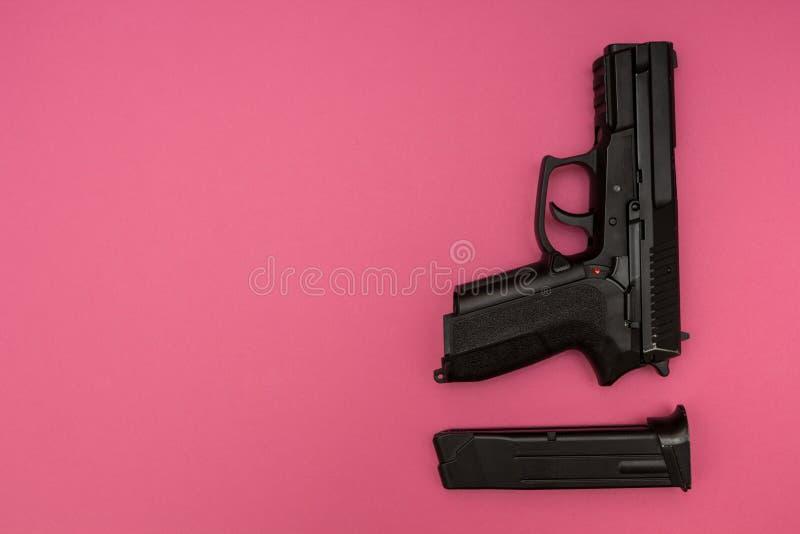 Waffen für die Frau auf einem rosa Hintergrund stockfotos
