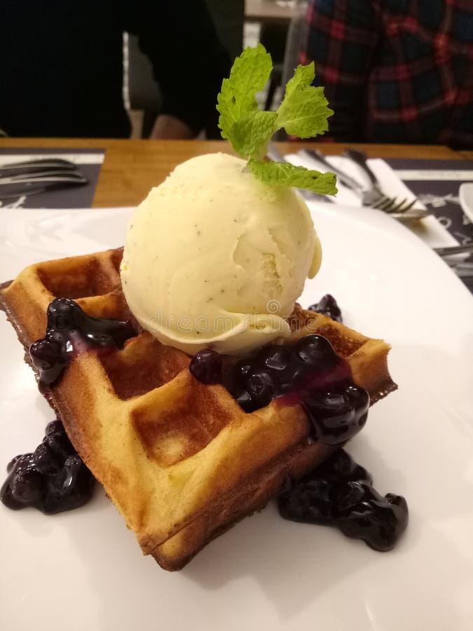 Waffle мороженого голубики стоковая фотография