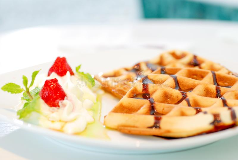 Waffle с взбитыми cream плодоовощ и базиликом ягоды стоковое изображение