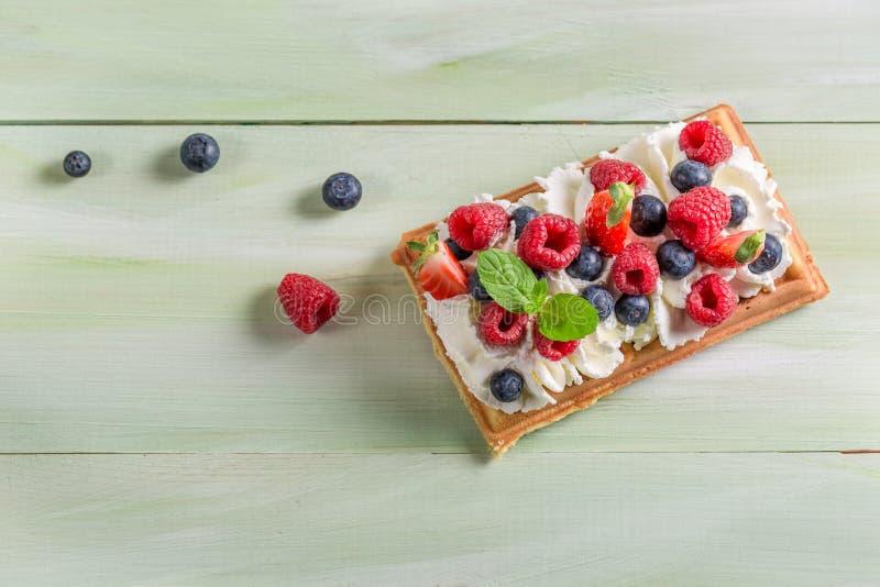 Waffle с взбитым плодоовощ сливк и ягоды стоковая фотография rf