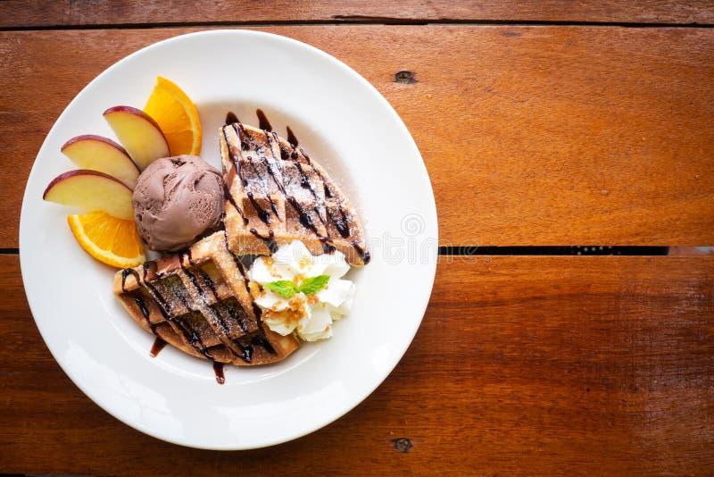 Waffle с мороженым шоколада и свежими фруктами помадка десерта стоковые изображения rf