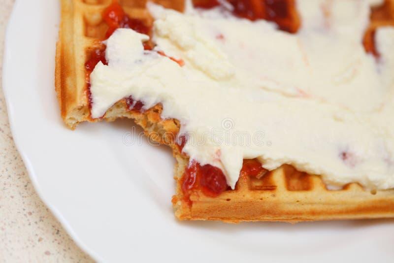 Waffle belga com doce e chantiliy imagem de stock