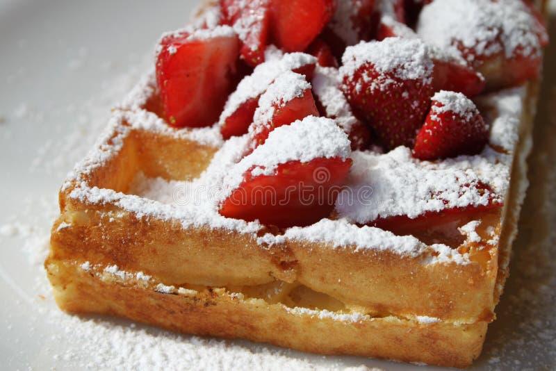 Waffle belga e morangos fotografia de stock royalty free