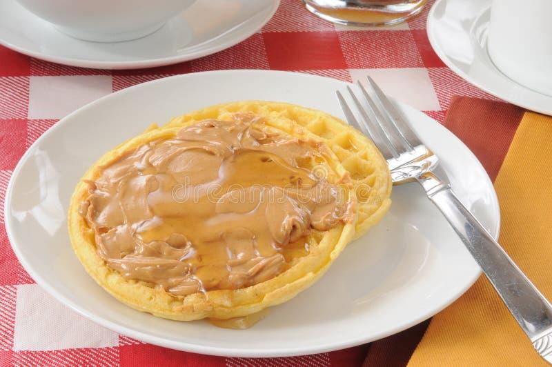 Waffle com manteiga e mel de amendoim imagem de stock
