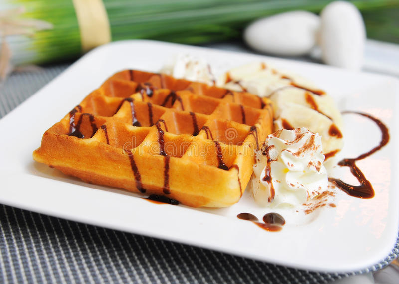 Waffle na parte superior com chocolate foto de stock royalty free