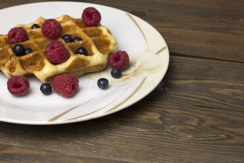 Waffles в белой плите с ягодами стоковое фото rf