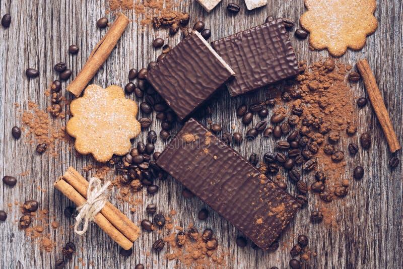 Waffles в шоколаде с кофейными зернами на деревянной предпосылке стоковые фотографии rf