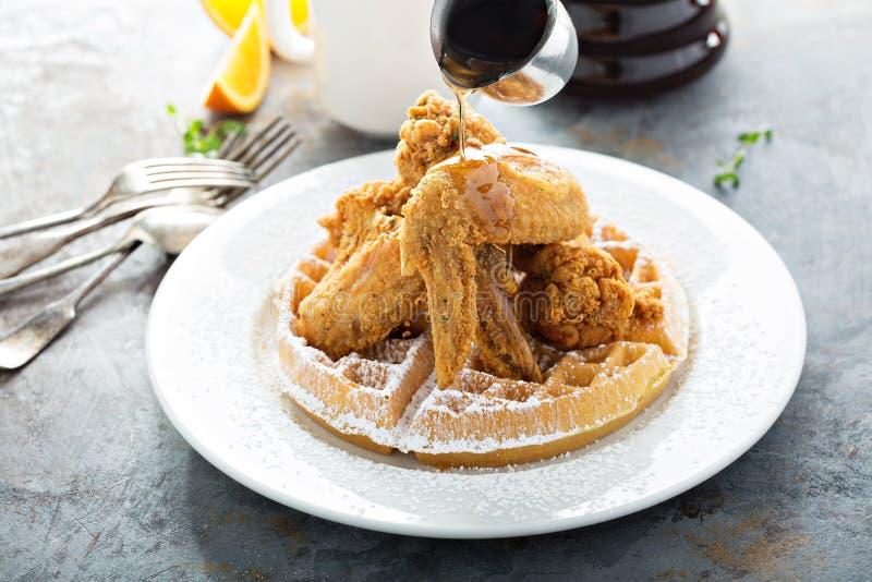 waffles зажаренные цыпленком стоковые фото