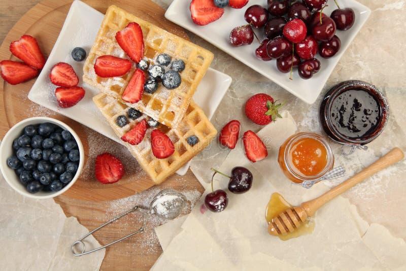Waffles и ягоды стоковое изображение rf
