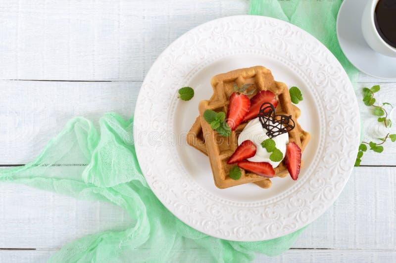 Waffles с взбитой сливк, свеже прерванные клубники всей пшеницы бельгийские стоковое изображение