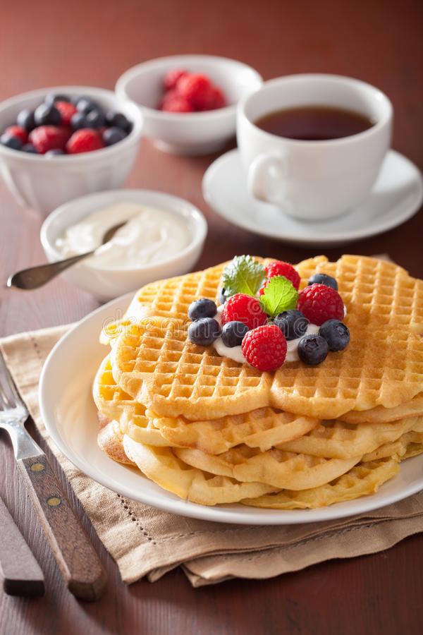 Waffles с fraiche и ягодами creme для завтрака стоковое фото