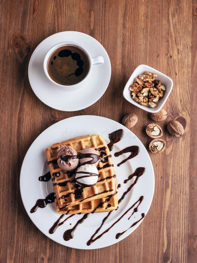 Waffles belgas baunilha e gelado de chocolate imagem de stock royalty free