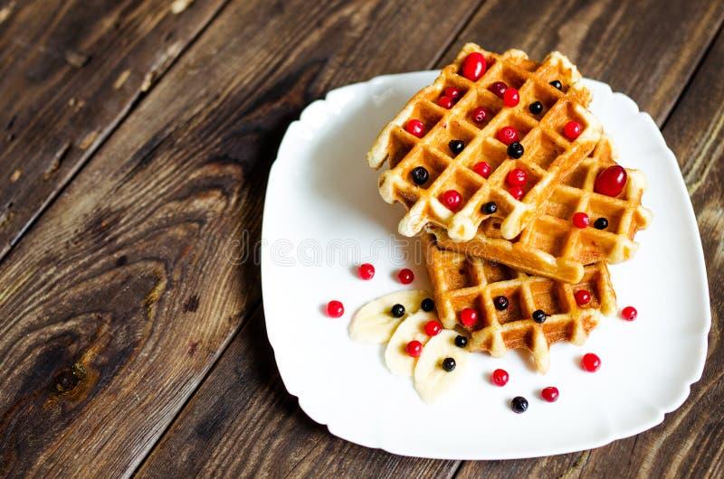 Waffles belgas com as bagas em placas de madeira imagens de stock